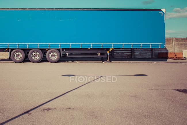Strada asfaltata con vista parziale dell'automobile del camion blu — Foto stock