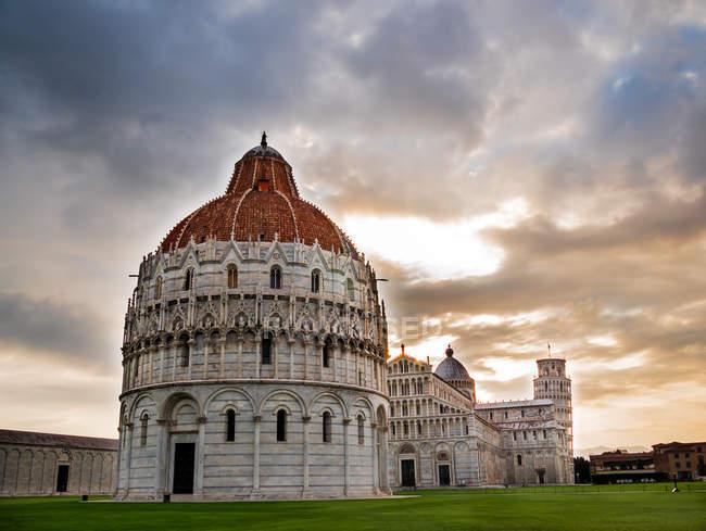 Площа чудо подання та Пізанська вежа у заході сонця світлі, Італія — стокове фото