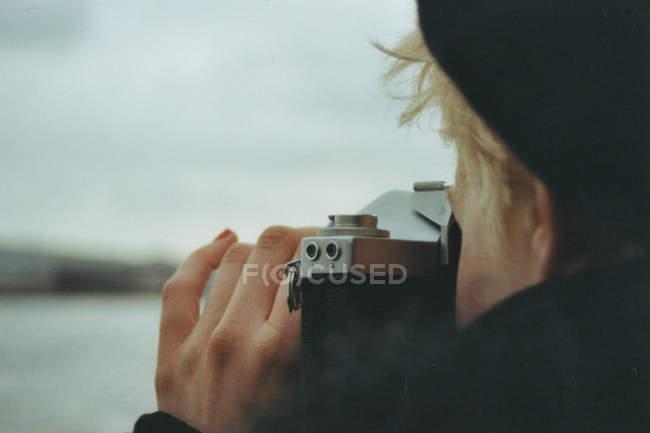 Часткове зору того, жінки, беручи фотографії фото на відкритому повітрі — стокове фото