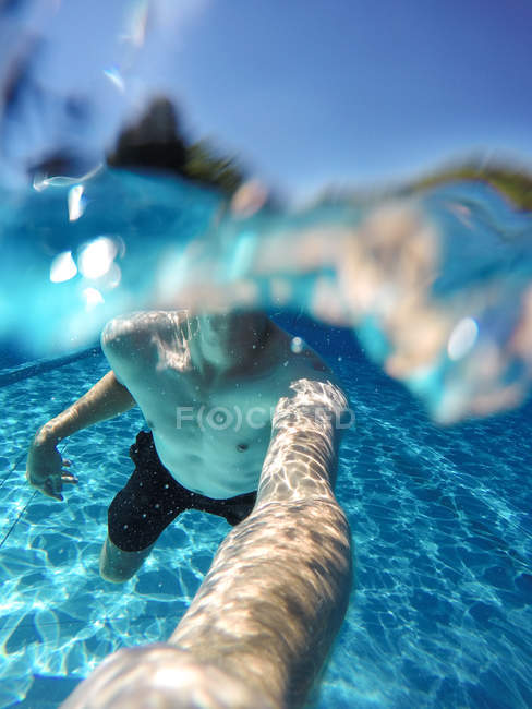 Person taking selfie photo underwater in swimming pool — Stock Photo