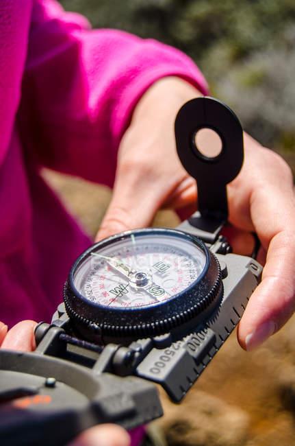 Bussola di tenuta escursionista in mani — Foto stock