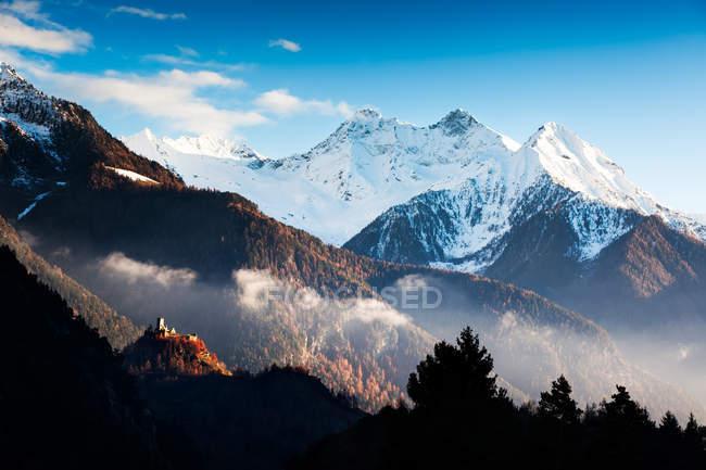 Burg und schneebedeckten Berge Landschaft — Stockfoto