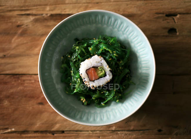 Stück Sushi mit Seetang Salat — Stockfoto