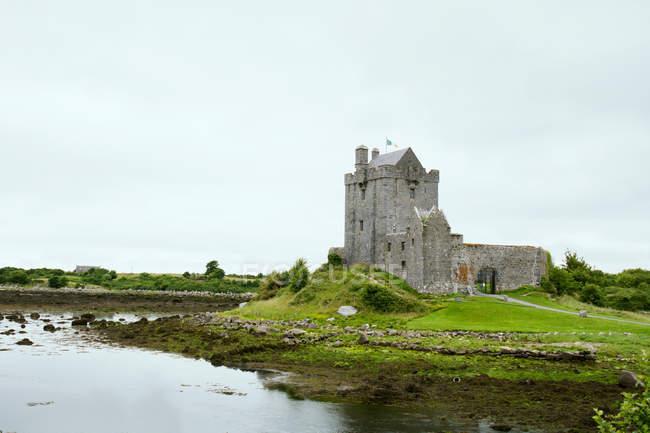 Озера в Ирландии с древний замок — стоковое фото