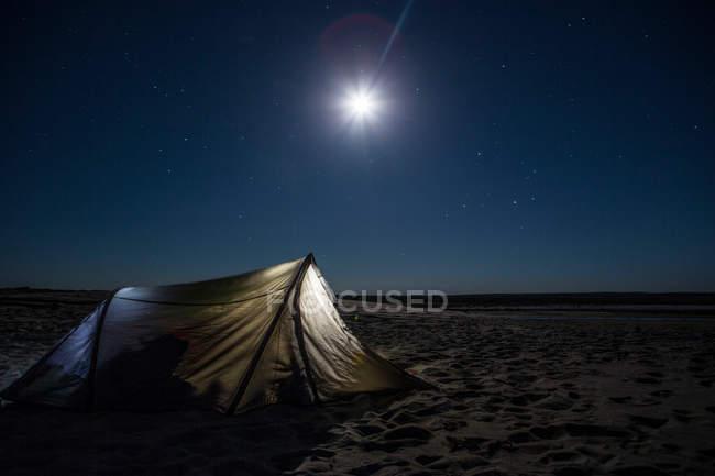 Повний місяць в темний нічне небо — стокове фото