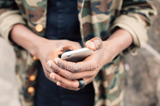 Nahaufnahme von Händen mit smartphone — Stockfoto