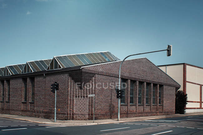 Будинок цегляний фасад в міській вулиці — стокове фото