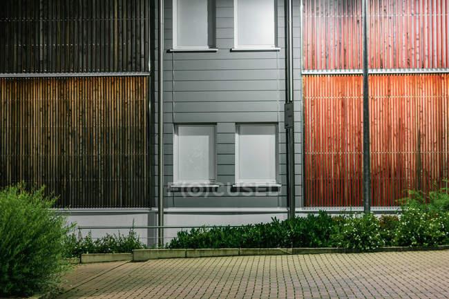 Facciata di edificio moderno con finestre chiuse e pareti in legno — Foto stock
