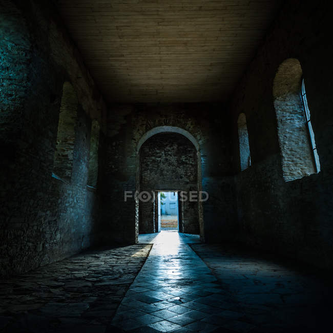 Dunklen Innenraum der alten Steinkirche — Stockfoto