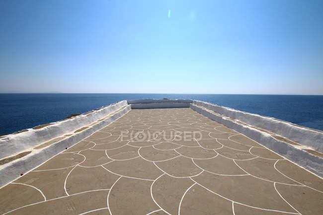 Тераса з видом на море і синього неба — стокове фото