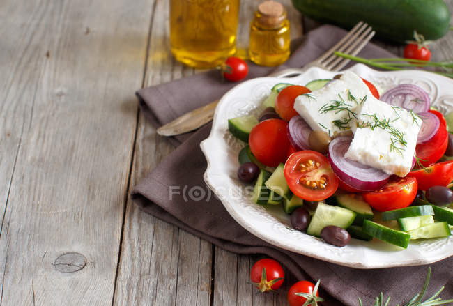 Griechischer salat in weißer teller — Stockfoto