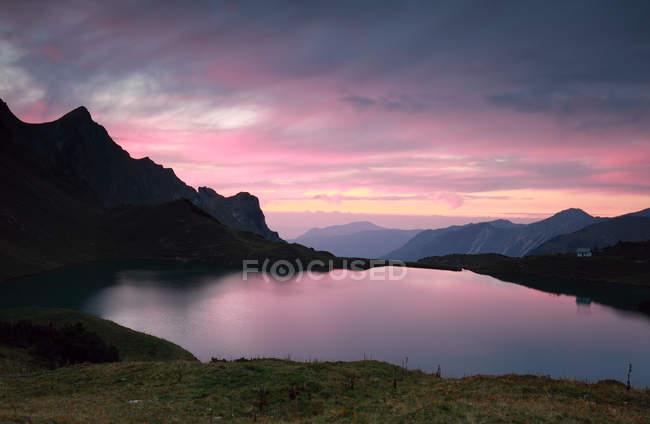 Dramática por do sol sobre o lago alpino — Fotografia de Stock