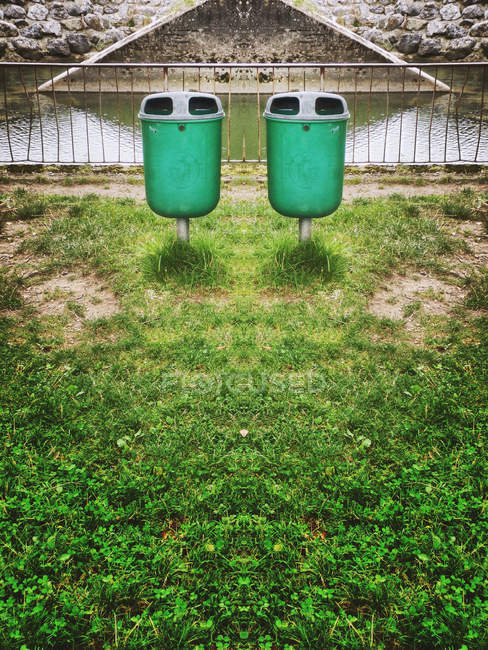 Deux poubelles par green gazon pelouse dans le parc — Photo de stock