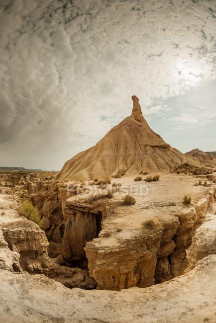 Скалистые утесы и горы в пустыне — стоковое фото