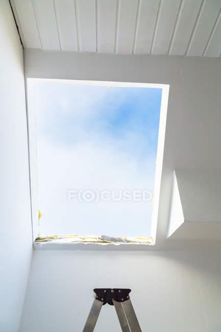 Teilansicht des metallleiter oben am offenen Dachboden-Fenster — Stockfoto