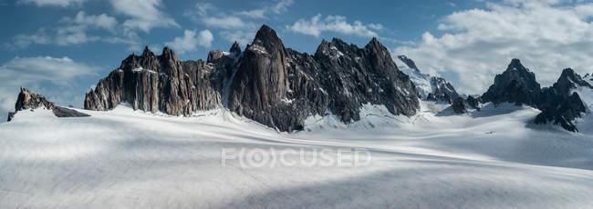 Alpins montagnes aux sommets enneigés — Photo de stock