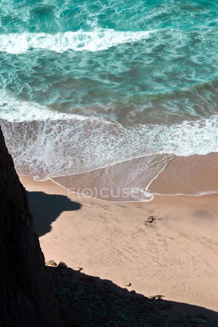 Sandy beach and ocean waves — Stock Photo