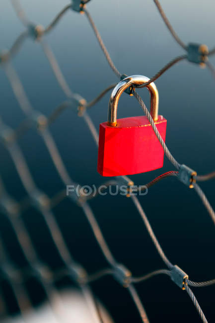 Verrou rouge accroché sur la porte de fer — Photo de stock