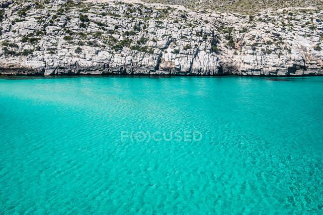Скалистый берег и бирюзовой водой — стоковое фото