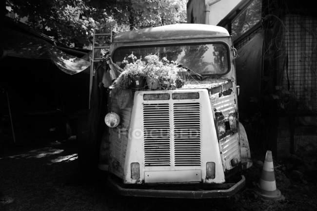 Vorderansicht der alten Oldtimer Lastwagen — Stockfoto