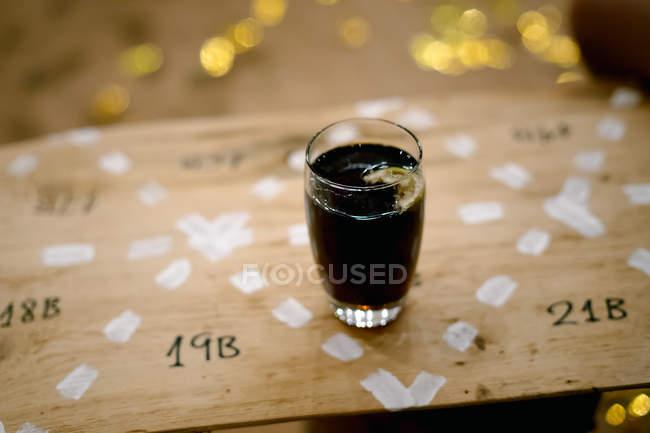 Cuba Libre cocktail sul bancone in legno di cocktail bar — Foto stock