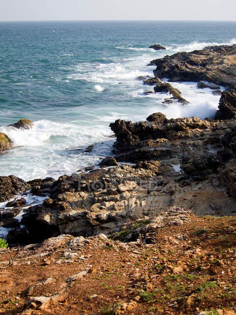 Морський пейзаж з скелястому узбережжі в sunshine — стокове фото