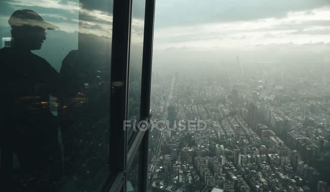 Männliche Silhouette in Glasturm, Luftaufnahme der Stadt Taipei, Taiwan — Stockfoto