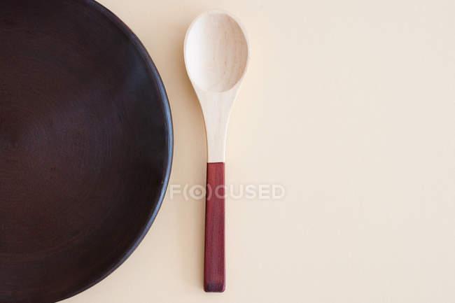 Draufsicht der Holzlöffel und Pan am Küchentisch — Stockfoto