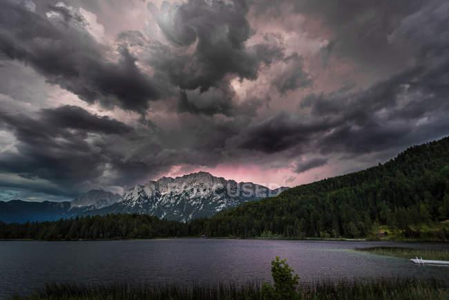 Живописный вид на пейзаж красивый горный хребет — стоковое фото