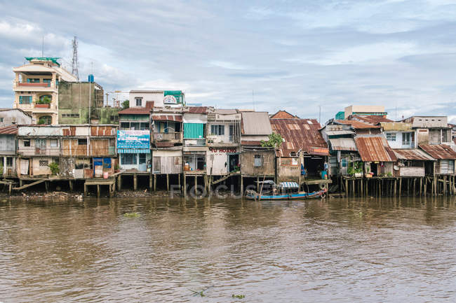 Architecture buildings in small village with river and fishing boat, Mekong — Stock Photo