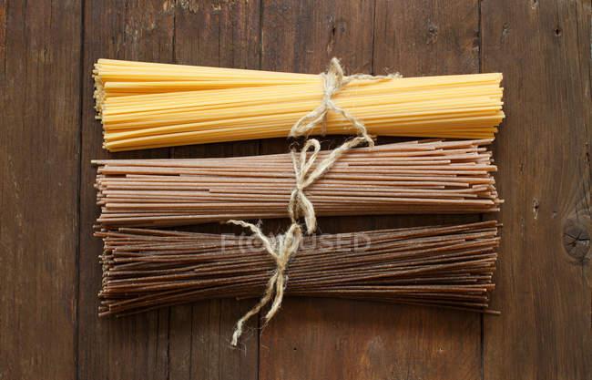 Italienische Spaghetti auf alten Holztisch — Stockfoto