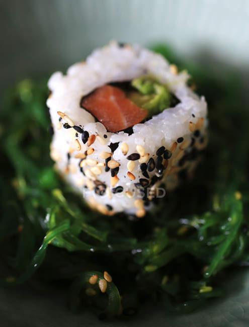 Stück Sushi mit Lachs — Stockfoto