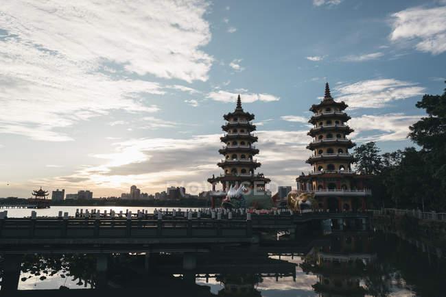 Templo de dragón y Tigre Pagodas en el lago de lotos de Zuoying District, Kaohsiung, Taiwan - foto de stock