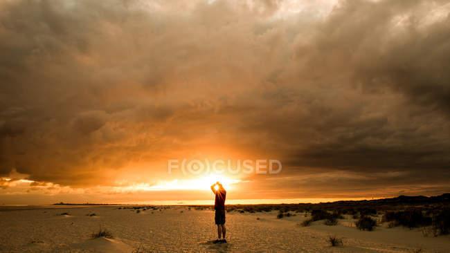 Homme qui marche sur la plage de sable fin — Photo de stock