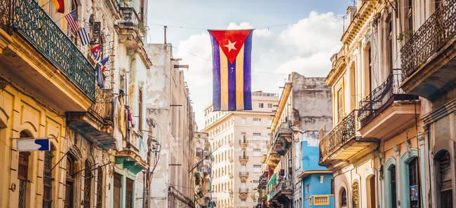 Улица в Гаване с видом типичная архитектура, Кубы и кубинского флага — стоковое фото