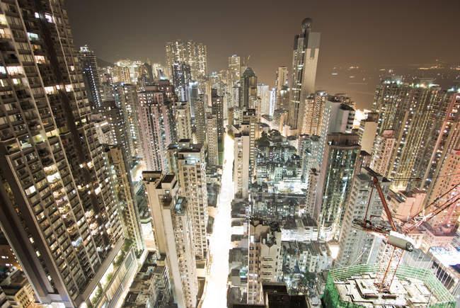 Vista aérea da metrópole moderna Hong Kong, iluminado à noite — Fotografia de Stock