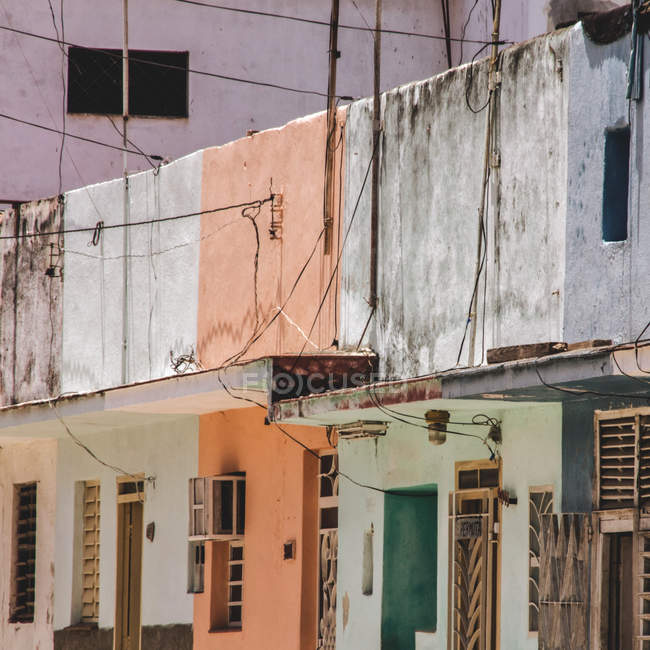 Facciate variopinte di Havana edifici alla luce del sole, Cuba — Foto stock