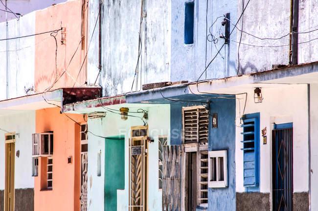 Edifici residenziali colorati sulla strada di L'Avana, Cuba — Foto stock