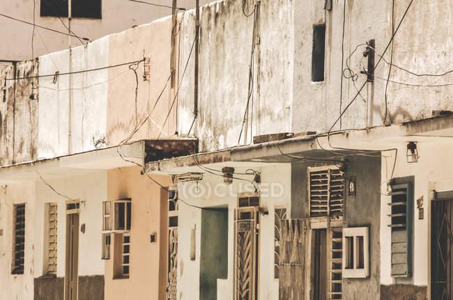 Costruzione di facciate in sole, Cuba Havana — Foto stock