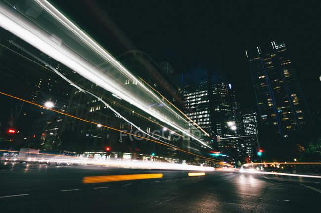 Arquitetura de edifícios superpovoado cidade à noite — Fotografia de Stock