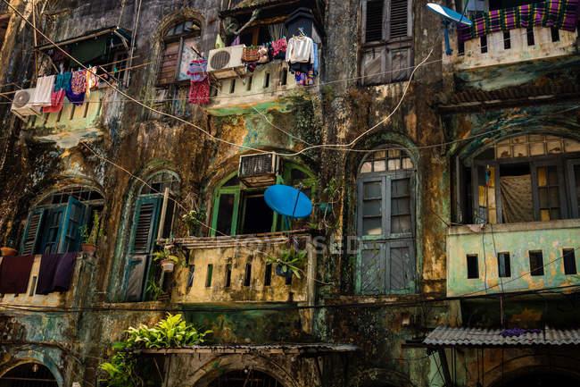 Ветхие здания фасад бедных в жилом районе города — стоковое фото