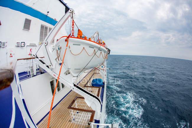 Platine de droite du passager cruise liner et paysage marin vue sur fond — Photo de stock