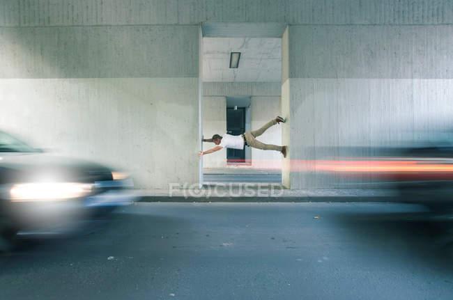 Сюрреалістичний вид на людський вбік стоячи на стіні — стокове фото