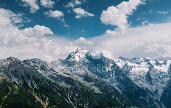 Malerische Aussicht auf die Berge gegen bewölktem Himmel, Hochgebirge in Alpen — Stockfoto