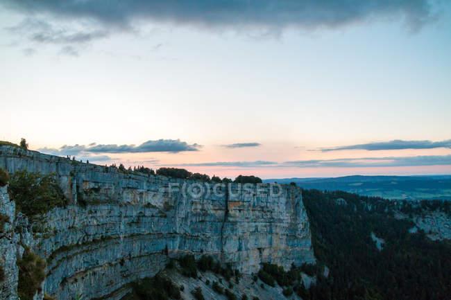 Скалистые утесы горы на закате — стоковое фото