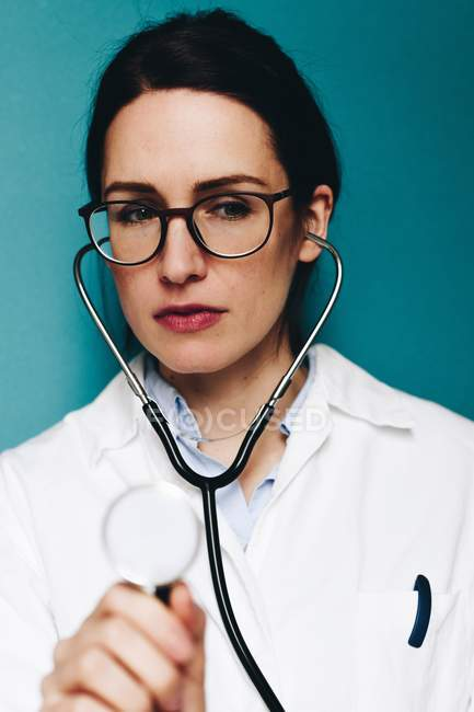 Female doctor with stethoscope and glasses — Stock Photo