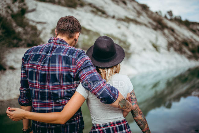 Back view of couple enjoying nature together and travel — Stock Photo