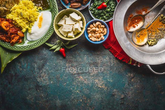 Висока кут зору свіжої їжі на столі — стокове фото