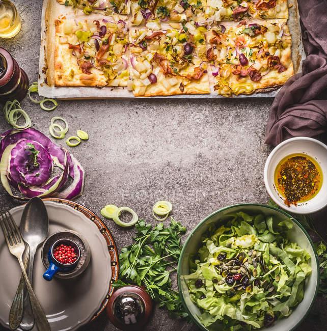 Vista de alto ângulo de recém-assados pizza e salada — Fotografia de Stock