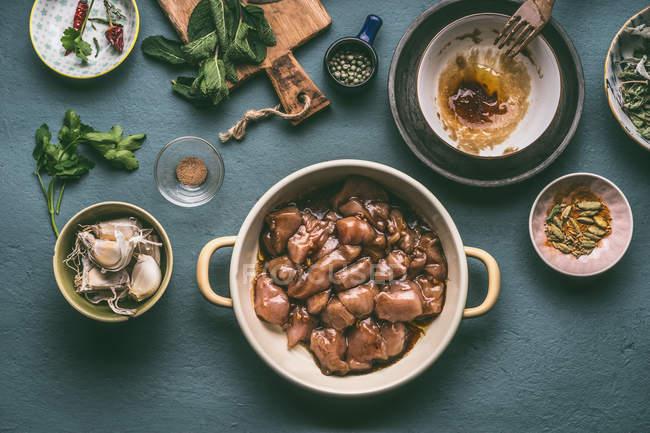 Вид зверху, горщик свіжий маринованого курячого м'яса — стокове фото
